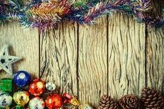 le cadre de fond enferme dans une boîte les bandes d'isolement d'or de cadeau de Noël blanches Décoration sur le bois avec le vin Photos stock