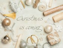 Le cadre de Noël fait à partir de la décoration de Noël, boules, étoiles, papier d'emballage, atlas cintre Vue supérieure, config Image libre de droits