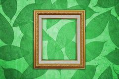 Le cadre de tableau d'or sur le vert part de la configuration Image libre de droits