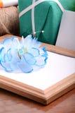 Le cadre de Valentine avec des fleurs, boîte-cadeau et vident le cadre en bois Images stock