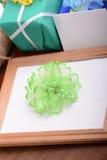 Le cadre de Valentine avec des fleurs, boîte-cadeau et vident le cadre en bois Photos libres de droits