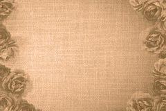 Le cadre de vintage avec des roses et le vieux tissu orange donnent à rétro une consistance rugueuse Photo libre de droits