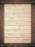 Le cadre en bois de Brown a vissé sur les planches légères de mur Image stock
