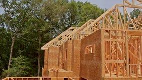 Le cadre en bois de vue de structure b?ton en gros plan ? la maison de maisons en bois du nouveau a construit ? la maison en cons clips vidéos
