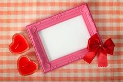 Le cadre rose vide de photo et coeur de ruban rouge le prochain signent plus de le f Photographie stock libre de droits