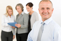 Le cadre supérieur d'équipe d'affaires avec les collègues heureux Photos stock