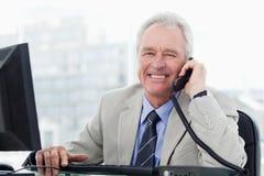 Le cadre supérieur de sourire au téléphone photographie stock