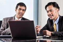 Le cadre supérieur et professionnel junior ayant la réunion Images stock