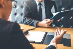 Le cadre supérieur lisant un résumé pendant un employé d'entrevue d'emploi image stock