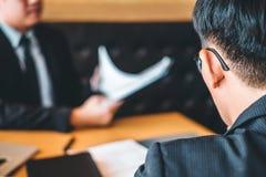 Le cadre supérieur lisant un résumé pendant un employé d'entrevue d'emploi images stock