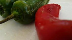 Le cadute bagnate dell'aglio del pepe risciacquano il verde antiossidante di verdure della preparazione della cucina dei bio- pro stock footage