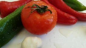 Le cadute bagnate dell'aglio del pomodoro del pepe risciacquano il verde antiossidante di verdure della preparazione della cucina stock footage
