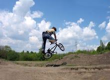 Le cadute del bicyclist Immagine Stock