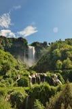 Le cadute di Marmore è una cascata artificiale creata dai Romani antichi situati vicino a Terni, Italia immagine stock libera da diritti