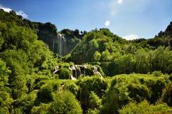 Le cadute di Marmore è una cascata artificiale creata dai Romani antichi situati vicino a Terni, Italia immagine stock