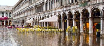 Le café à la place de San Marco à Venise a inondé des hautes eaux Photographie stock libre de droits