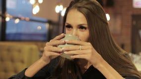 Le café élégant de boissons de femme d'affaires au restaurant, font la coupure pour détendre banque de vidéos