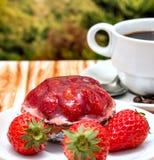 Le café au goût âpre de fraise représente le tarte et la nourriture de fruit photographie stock libre de droits
