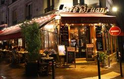 Le café Bruant est un café dans le Montmartre la nuit pluvieux, Paris, France photographie stock libre de droits