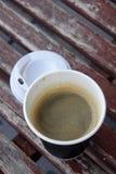 Le café chaud d'Americano emportent dedans la tasse Photographie stock libre de droits