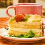 Le café crème de gâteau représente l'indulgence et la boisson de gâteau images stock