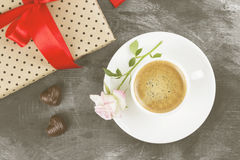 Le café d'expresso dans une tasse blanche, un rose s'est levé Photo libre de droits
