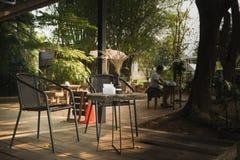 Le café dans le jardin a été beaucoup de touristes à détendre à partir de la ville occupée images libres de droits