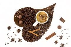 Le café dans la tasse blanche au-dessus de l'obscurité a rôti des grains de café Photo stock