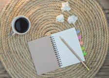 Le café de boissons de relaxation écrivent le livre sur une corde de jute photos libres de droits