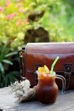 Le café de glace de fusion a mélangé l'orange navel sur la table en bois, le goût amer et aigre d'A le mélange parfait Photos libres de droits