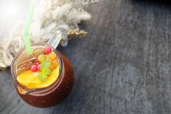 Le café de glace de fusion a mélangé l'orange navel sur la table en bois, le goût amer et aigre d'A le mélange parfait Photo stock
