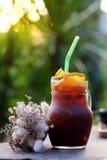 Le café de glace de fusion a mélangé l'orange navel sur la table en bois, le goût amer et aigre d'A le mélange parfait Photographie stock
