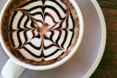 Le café de moka a également appelé le moka de Caffe avec la soucoupe en bois Café intérieur Photos stock