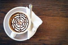 Le café de moka a également appelé le moka de Caffe avec la soucoupe en bois Café intérieur Photographie stock
