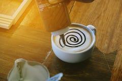 Le café de moka a également appelé le moka de Caffe avec la soucoupe en bois Café intérieur Photographie stock libre de droits
