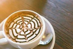Le café de moka a également appelé le moka de Caffe avec la soucoupe en bois Café intérieur Photos libres de droits