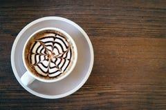 Le café de moka a également appelé le moka de Caffe avec la soucoupe en bois Café intérieur Images stock