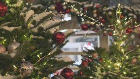 Le café de rue est beau pour Noël L'atmosphère de fête dans la rue La ville est décorée pour les vacances coloré banque de vidéos