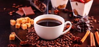 Le café de stimulation de matin avec des bonbons Il peut être utilisé comme fond images libres de droits