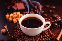 Le café de stimulation de matin avec des bonbons Il peut être utilisé comme fond images stock