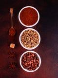 Le café de stimulation de matin avec des bonbons Il peut être utilisé comme fond photos libres de droits