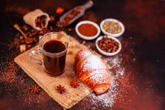 Le café de stimulation de matin avec des bonbons Il peut être utilisé comme fond photos stock
