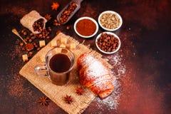 Le café de stimulation de matin avec des bonbons Il peut être utilisé comme fond image stock