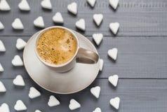 Le café de tasse de Valentine embarque des cubes en sucre Photos stock