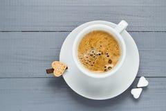 Le café de tasse de Valentine embarque le coeur de cubes en sucre Image libre de droits