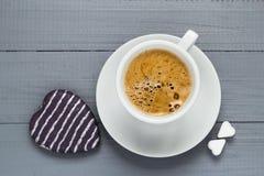 Le café de tasse de Valentine embarque le coeur de cubes en sucre Photo stock