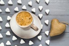 Le café de tasse de Valentine embarque le coeur de cubes en sucre Photo libre de droits