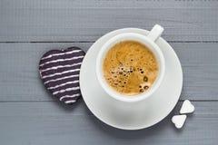 Le café de tasse de Valentine embarque le coeur de cubes en sucre Photographie stock