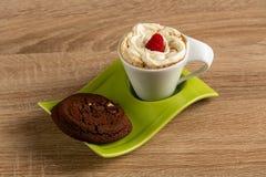 Le café de Whipcreamed a présenté avec la scone exquise de chocolat et une framboise images libres de droits