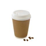 Le café emportent dedans la tasse d'isolement sur le fond blanc Photos libres de droits